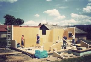 Sestavování dílů dřevostavby | Happybuilding